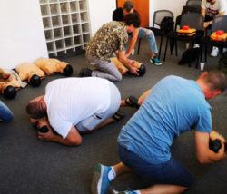 ćwiczenia na kursie pierwszej pomocy